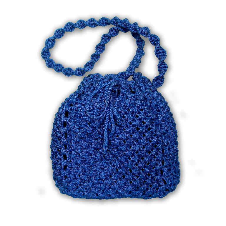 Эта сумочка сплетена в технике макраме из плотного блестящего шнура.  Крупный рельефный рисунок, необычная витая...